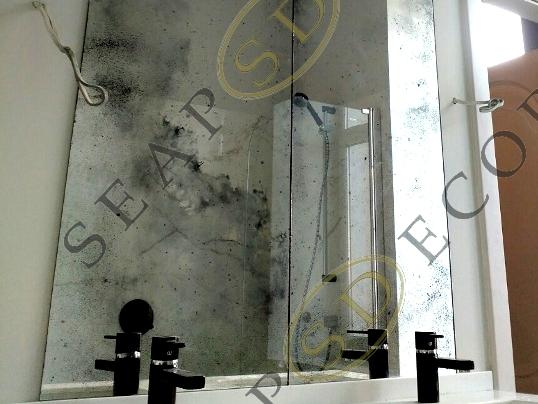 Состаренное зеркало в ванной комнате жилой квартиры на Васильковской