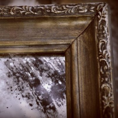 Состаренное зеркало в старинной деревянной раме. EXT.2002