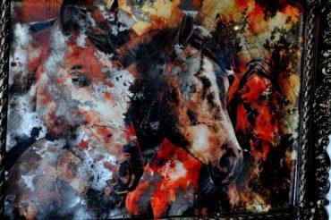 Состаренные картины на зеркале в гипсовых рамах. KPR3. 830х1107 мм