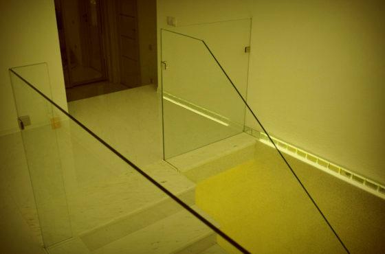 Ограждение из калённого стекла в двухэтажной квартире на ул. Ломоносова
