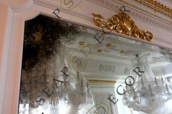 Венецианское состаренное зеркало с сусальным золотом в квартире Diamant Holl