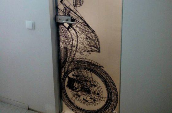 Интерьерные двери с уникальным принтом в виде мотоцыкла