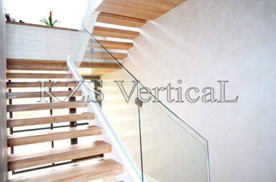 Стеклянные перила лестницы и забор из стекла в селе Иванковичи