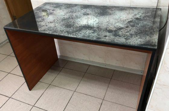 Журнальный стол из состаренного зеркала в офисе SEAPS