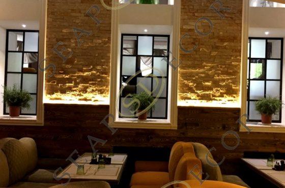 Окна декоративные из алюминиевого профиля и матированных стёкол в ресторане