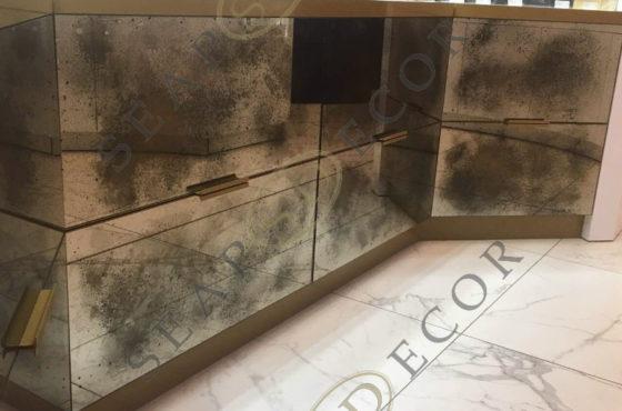 Магазин нишевой парфюмерии Amouage в ЦУМе. Состаренно бронзовое зеркало