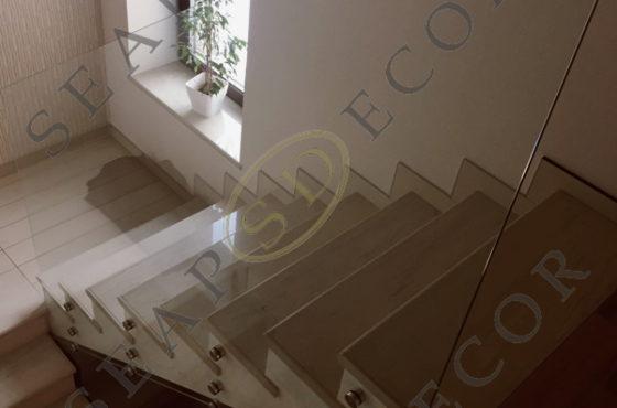 Стеклянное ограждение лестницы частного дома в Иванковичах