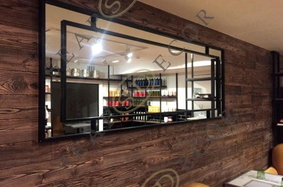 Зеркало в чёрной металлической раме в итальянском ресторане в Киеве