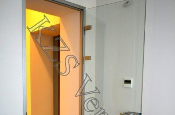 Стеклянные интерьерные двери в офисе компании LCF на Владимирской