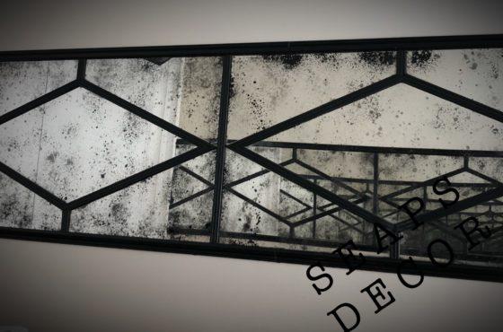 Входное состаренное зеркало в металле в фотостудии UPSTAIRS