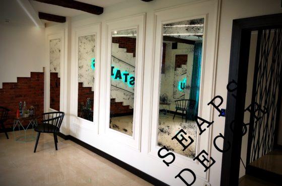 Фотостудия UPSTAIRS на Артёма 50. Состаренное зеркало в зале для съёмок