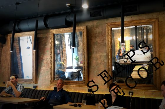 Состаренные зеркала в кофейне Coffee & City на Саксаганского 118