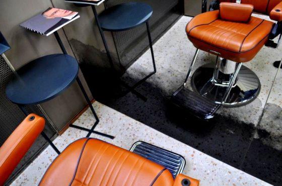 Состаренное зеркало в Barbershop Backstage. Архитектура высшего сорта