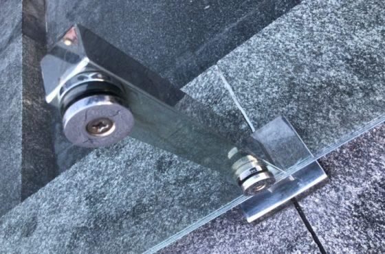 Стеклянный забор из калённого стекла 12 мм на металлических стойках