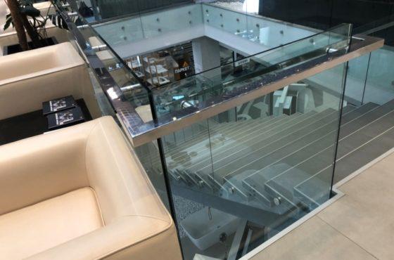 Ограждения и перила из стекла в торговом зале Агромат на Булаховского 2