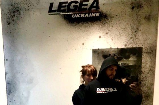 Состаренное зеркало с логотипом в шоуруме LEGEA UKRAINE