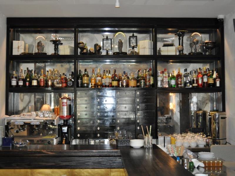 Зеркальный потолок из состаренного зеркала в ресторане DOM №10