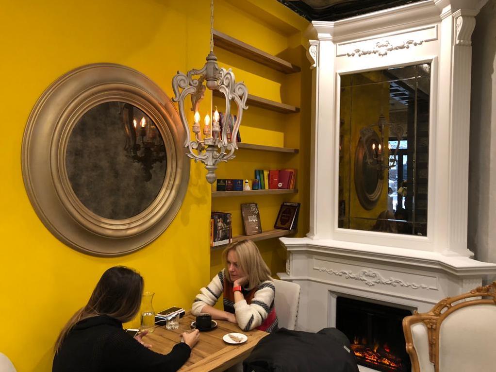 Состаренное зеркало в рамах от SEAPS в ресторане Турка на Гончара 62