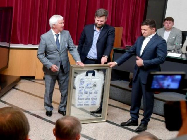 Президенту Украины Владимиру Зеленскому ветераны Динамо подарили картину SEAPS
