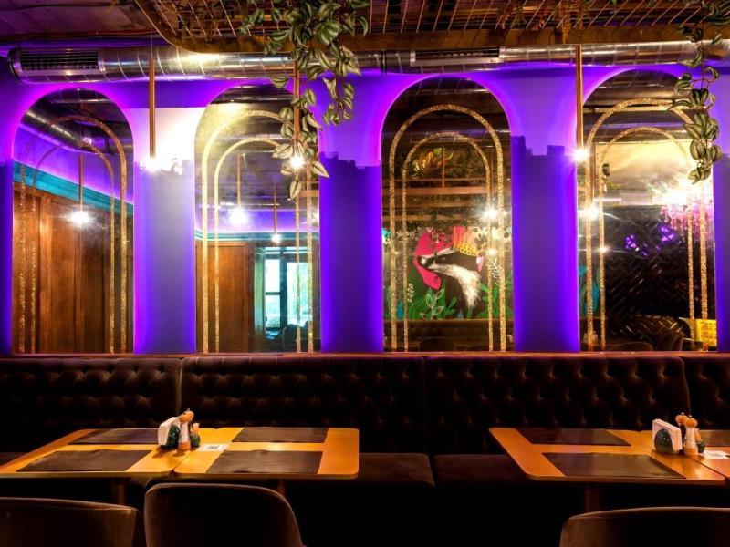 Состаренные бронзовые зеркальные арки с золотыми кристаллами в ресторане Барсук