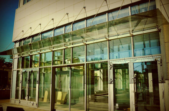 Стеклянные витрины и входные группы