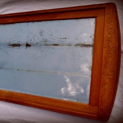 Старинное зеркало в деревянной раме. EXT.2014