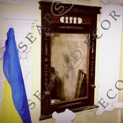 Деревянная резная рама с состаренным зеркало. EXT.2055