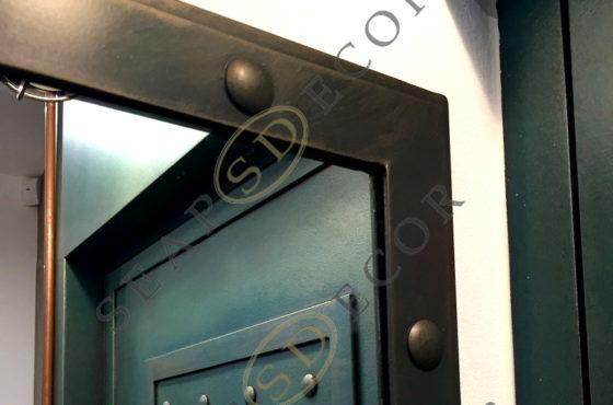 Зеркало в лофтовом стиле в металлической раме с заклёпками