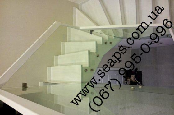 Стеклянная лестница с перилоами из калённого стекла 10мм на Дружбы Народов