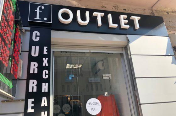 Стеклянная витрина и входная группа магазинов F`Outlet и салона красоты Blanck