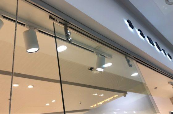 Витрина из стекла, стеклянная перегородка и входная группа магазина Sandro