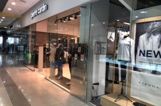 Цельностеклянная витрина, перегородка и входная группа магазина Pierre Cardin