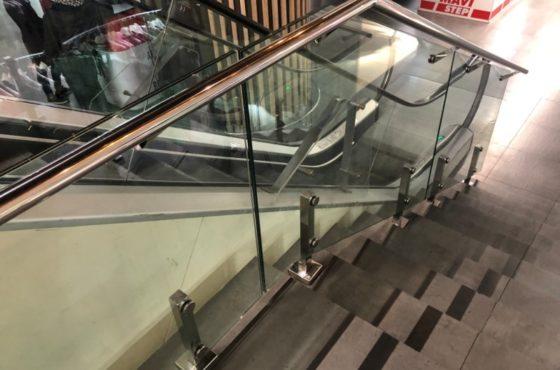 Стеклянные ограждения лестниц на металлических стойках в ТРЦ Gulliver