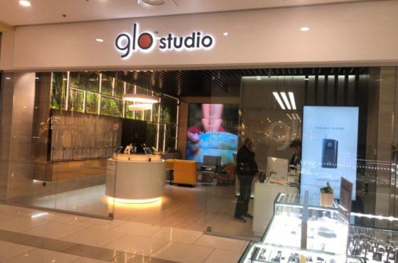 Витрина из стекла и раздвижные двери в магазинах Glostudio и Laurel