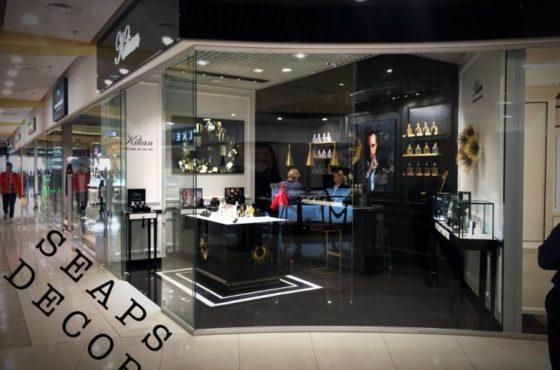 Витрина из стекла и входные двери бутика нишевой парфюмерии Kilian и Uterque