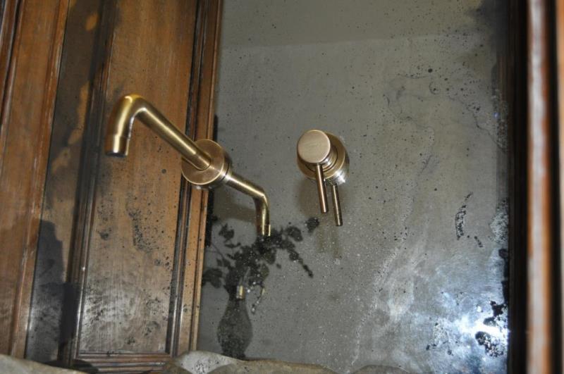 Состаренное зеркало в санузле в ресторане DOM №10 на Спасской