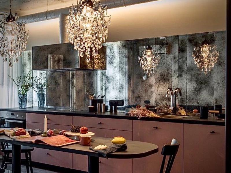 Стена из состаренного зеркала бронзы в интерьере квартиры на Л.Украинки
