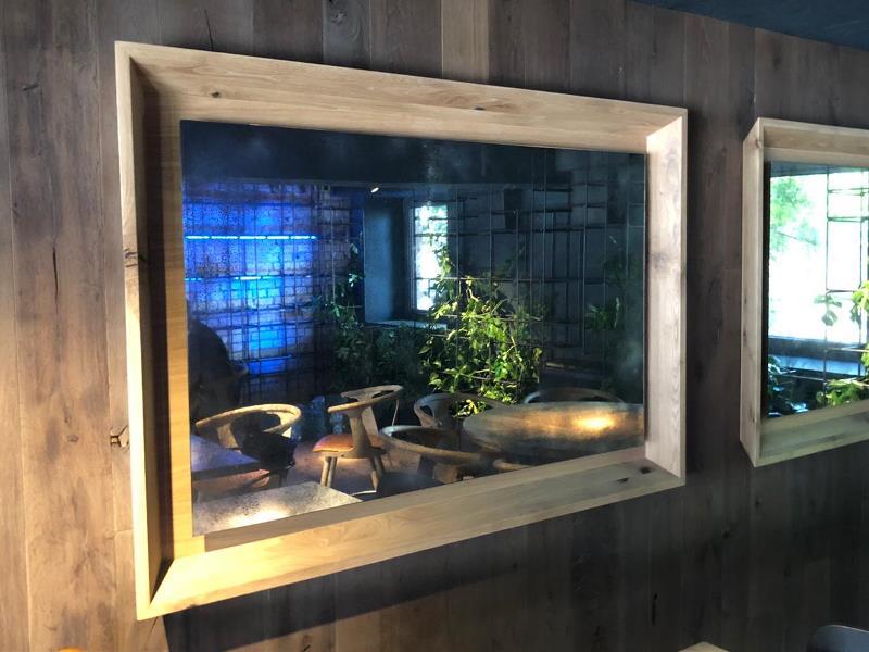 Состаренные зеркала в деревянных рамах в ресторане Follower